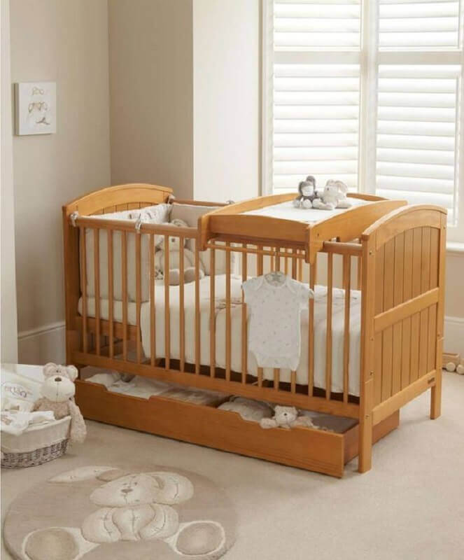 Decoração em cores neutras para quarto de bebê com berço de madeira Foto Mamas e Papas