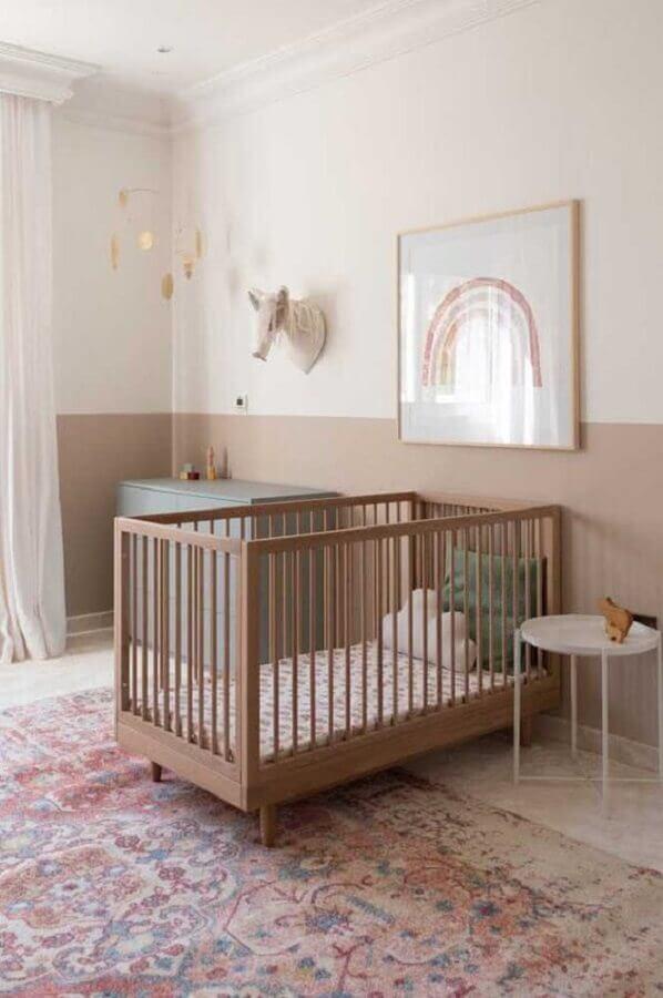 Decoração em cores neutras para quarto de bebe com berço de madeira simples Foto Decor Fácil