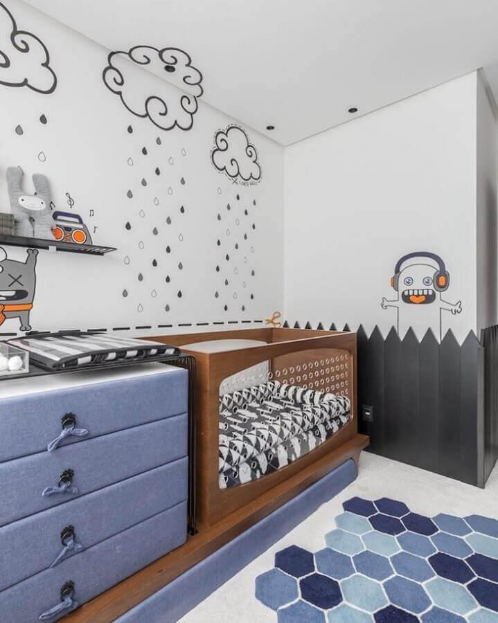 Decoração lúdica para quarto de bebê azul e branco com berço de madeira Foto Greisse Panazzolo