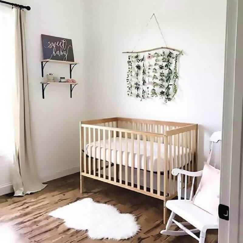 Decoração simples para quarto de bebê com berço de madeira e cadeira branca Foto Etsy
