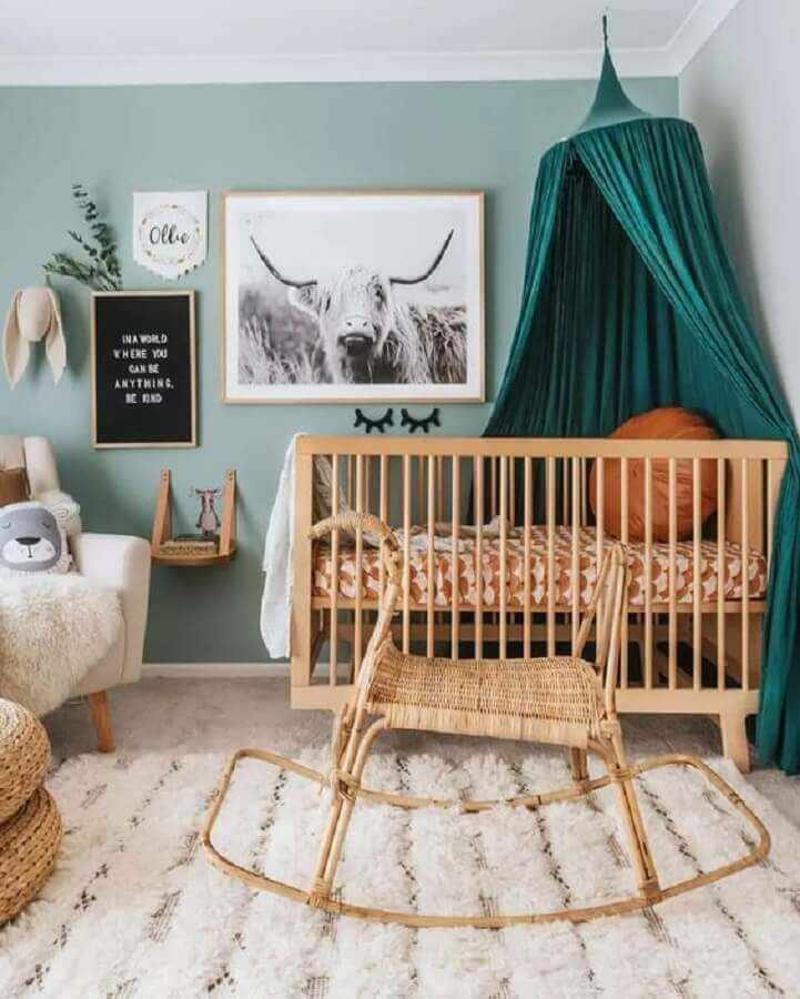 Dossel de teto para quarto de bebê simples decorado com berço de madeira Foto The Spruce