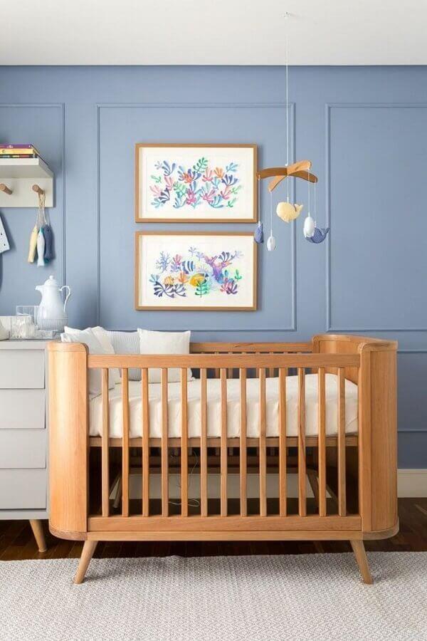 Quarto de bebê azul decorado com mobile para berço de madeira Foto Home Fashion Trend