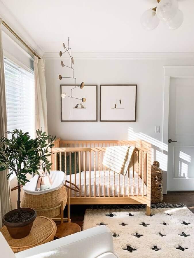 Quarto de bebê branco decorado com vaso de planta e berço de madeira simples Foto Elizabeth Street Post