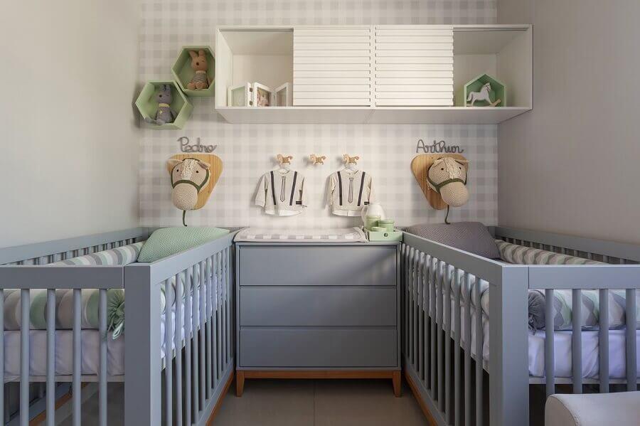 Quarto de gêmeos decorado com papel de parede delicado e berço de madeira pintado de cinza Foto Daniela Bittencourt Tavares Matias