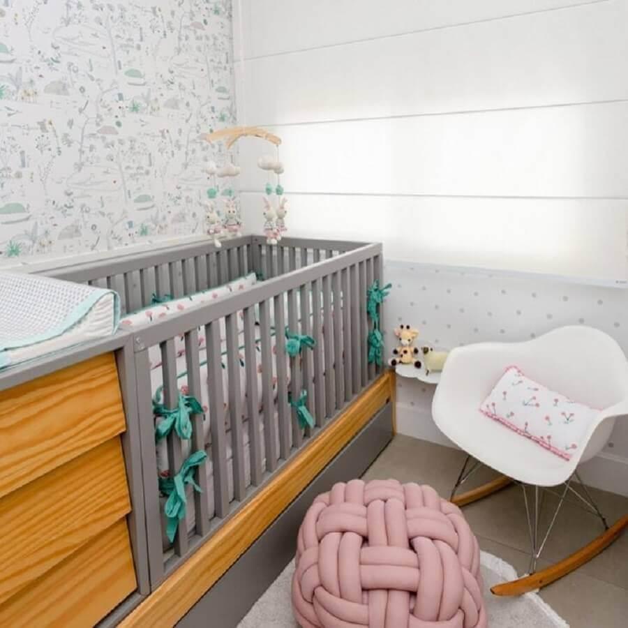 Berço de madeira com gaveta para quarto de bebê cinza e branco decorado com cadeira de balanço Foto Decor Petit