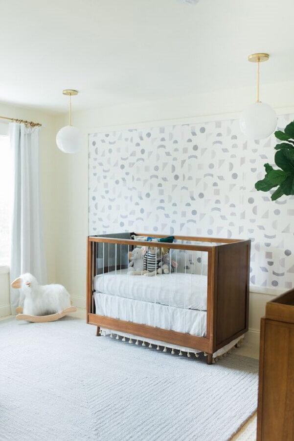 Berço de madeira para quarto de bebe branco decorado com papel de parede delicado Foto Little Crown Interiors