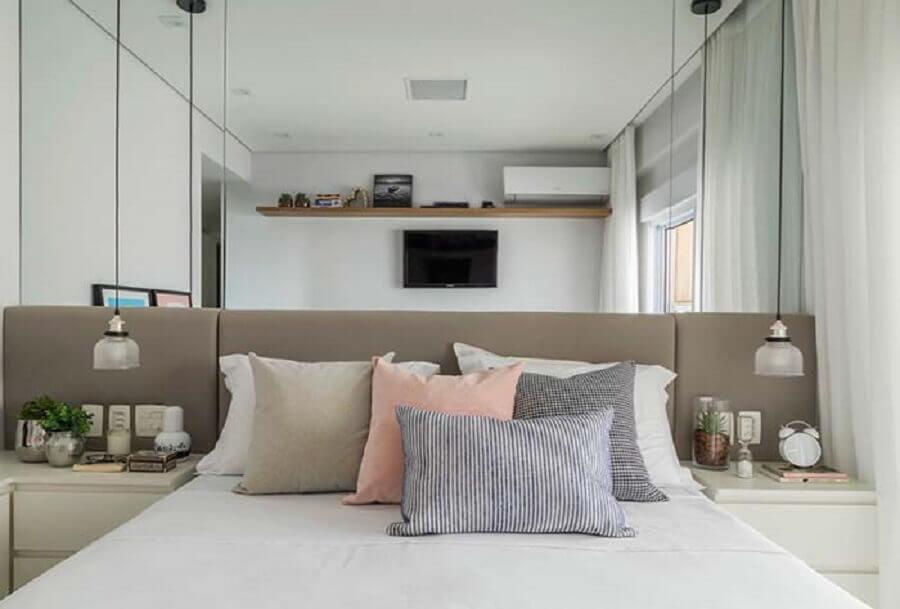 Cabeceira de cama box cinza para quarto pequeno decorado com parede espelhada Foto Decor Facil
