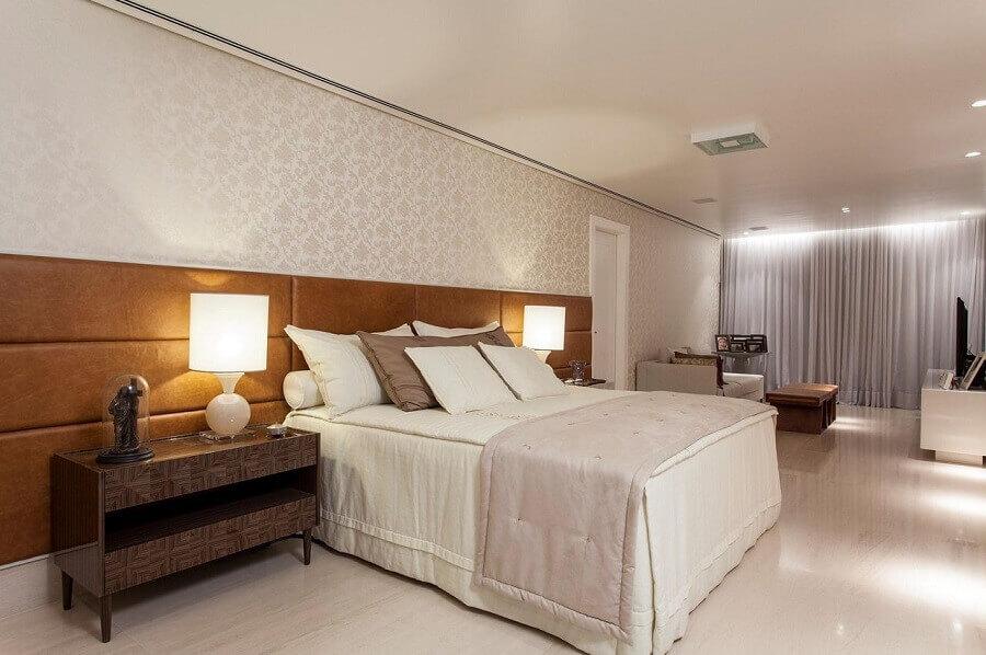 Cabeceira de cama box de couro para quarto grande decorado com papel de parede delicado