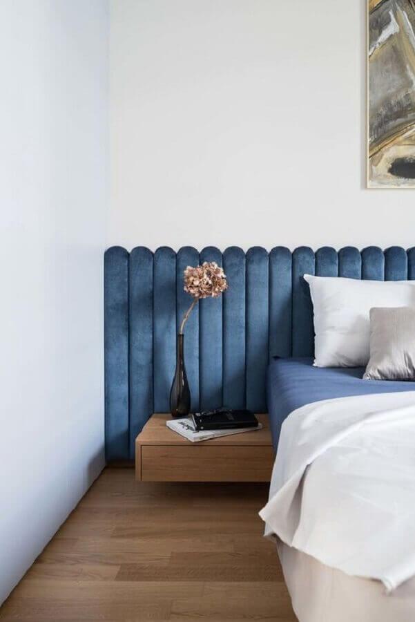 Cabeceira de cama box estofada azul para quarto branco decorado com criado mudo pequeno Foto Dwell