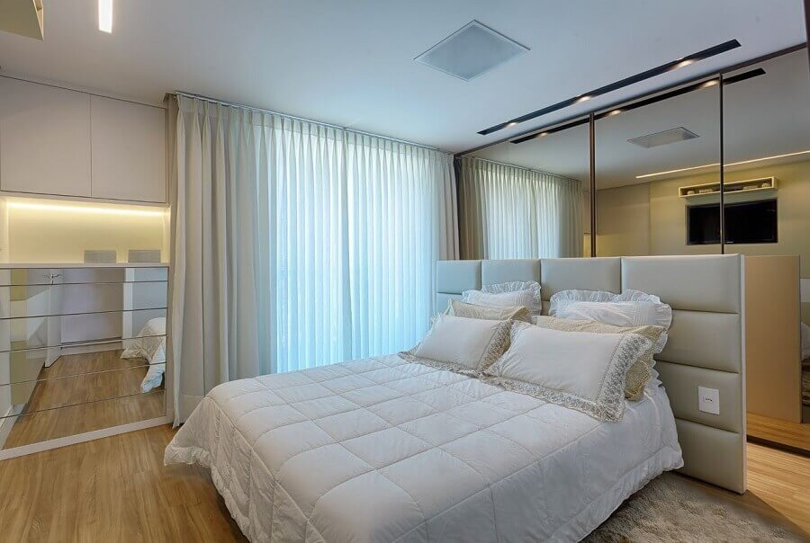 Cabeceira de cama box planejada para decoração de quarto de casal em cores neutras Foto Maria Laura Coelho