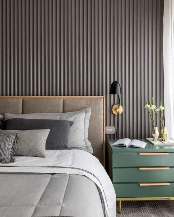 Cabeceira de camas box casal para quarto moderno decorado com painel ripado e arandela Foto Triplex Arquitetura