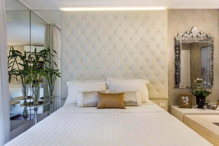 Decoração sofisticada para quarto de casal branco com cabeceira de cama box capitone Foto Marcia Arcaro