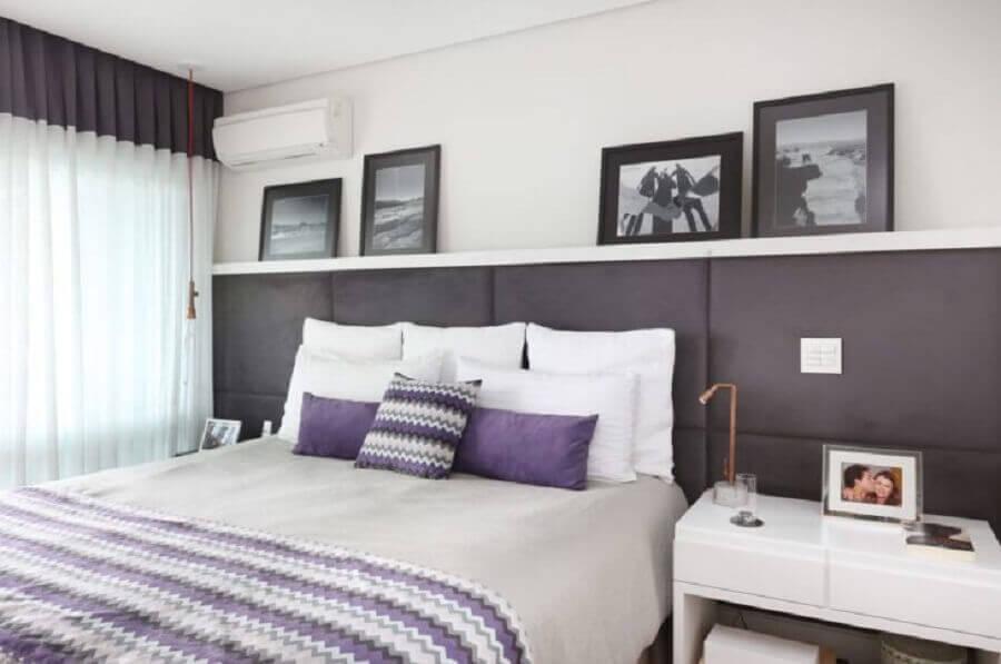 Cabeceira para cama box estofada para decoração de quarto de casal cinza e branco Foto Renata Cafaro