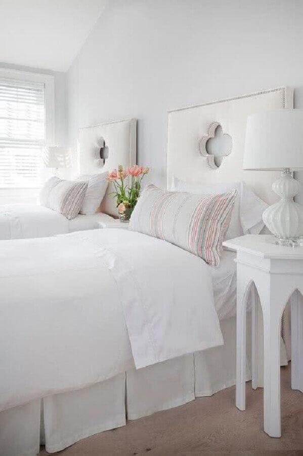 Decoração de quarto branco com cabeceira de cama box solteiro estofada Foto DecorPad