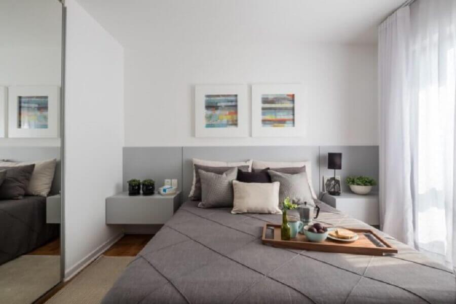 Decoração de quarto branco e cinza com cabeceira de camas box com criado mudo Foto SP Estúdio