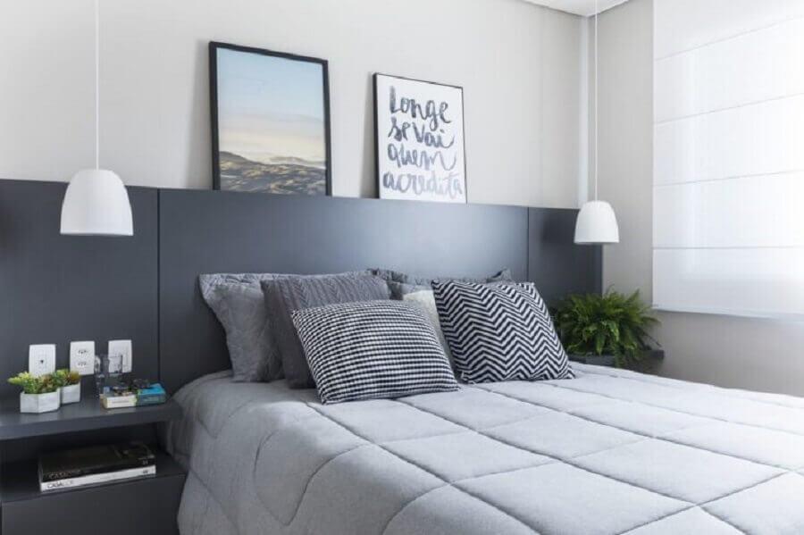 Decoração de quarto cinza e branco com cabeceira de camas box casal planejada Foto SP Estúdio