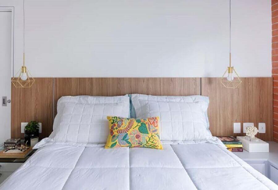 Decoração de quarto de casal com luminária aramada e cabeceira de cama box de madeira Foto Home Fashion Trend