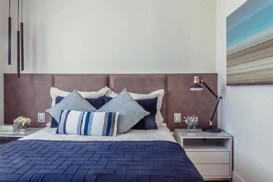 Decoração de quarto de casal com luminária moderna e cabeceira de cama box estofada Foto Wanisson Fotografo