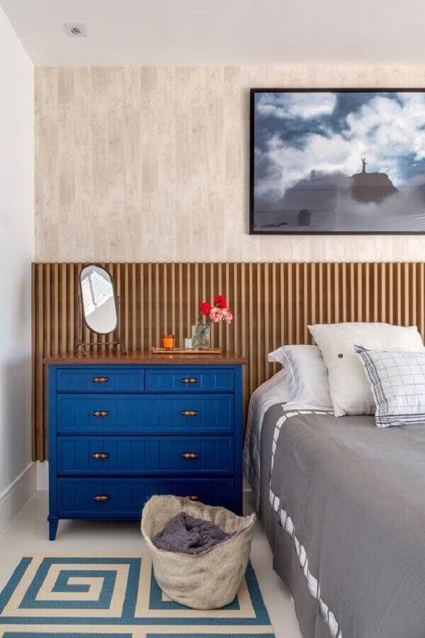 Cabeceira de cama box de madeira para decoração de quarto de casal com comoda azul Foto Erica Salguero