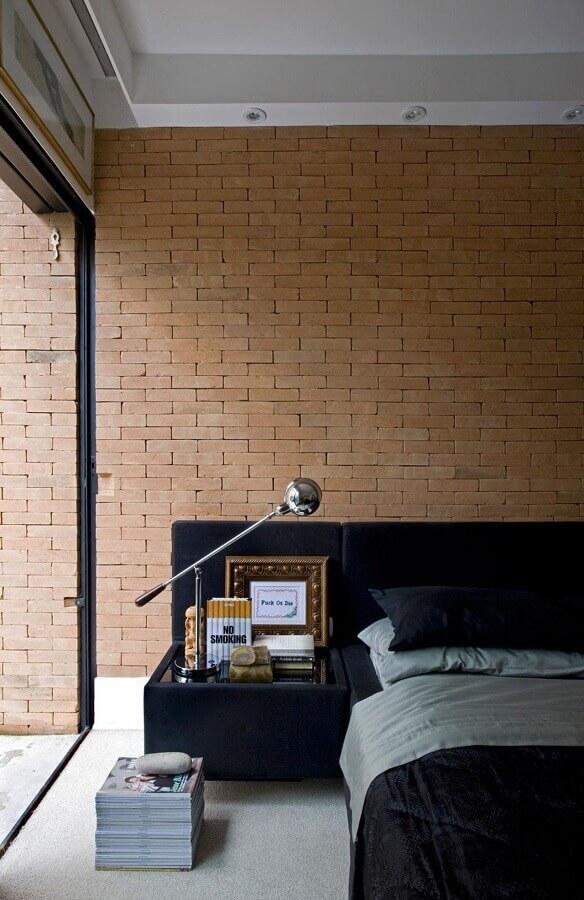 Parede tijolinho para quarto decorado com cabeceira de camas box com criado mudo Foto Guilherme Torres