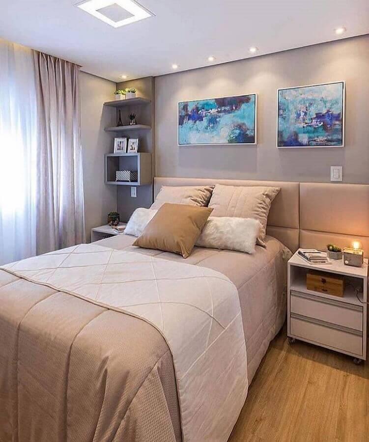 Quadros para quarto cinza decorado com cabeceira de cama box estofada Foto ArqDescolada