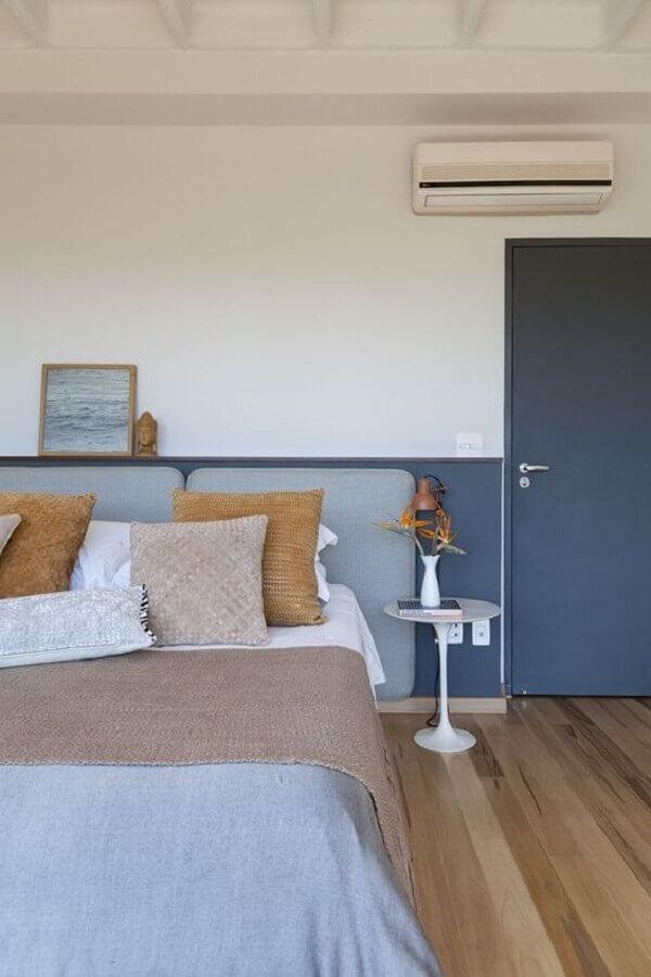 Quarto azul e branco decorado com cabeceira de cama box Foto Julia Ribeiro