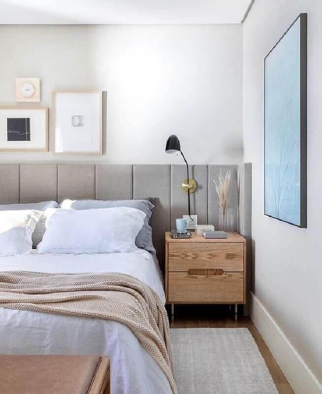 Quarto branco decorado com criado mudo de madeira e cabeceira de cama box planejada cinza Foto Eli Martins