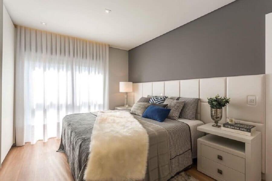Quarto cinza grande decorado com cabeceira de cama box branca planejada Foto Cara Grudther Arquitetura