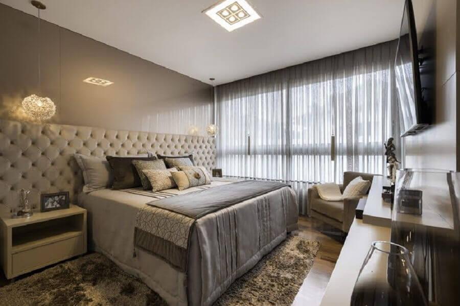 Quarto cinza sofisticado decorado com cabeceira de cama box capitonê Foto Arredare Arquitetura Engenharia e Interiores