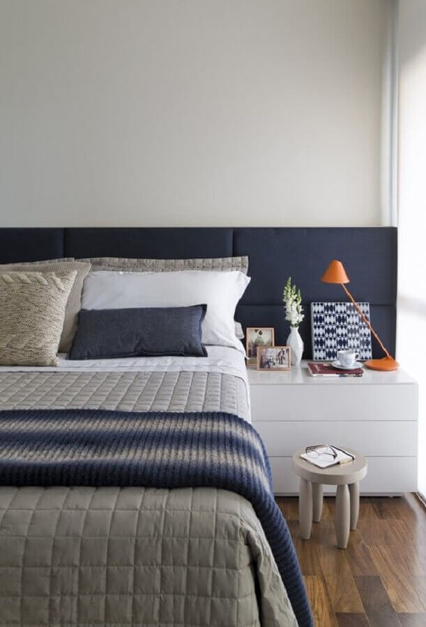 Quarto de casal azul e branco decorado com cabeceira de cama box estofada Foto Alain Brugier