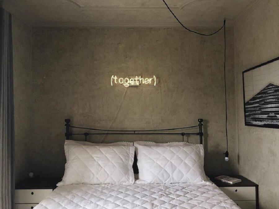 Cabeceira para cama box de ferro para decoracao de quarto com parede de cimento queimado Foto Apartamento 33
