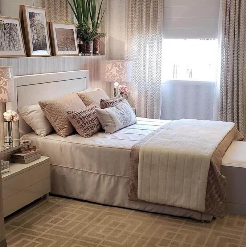 Quarto decorado em cores neutras com cabeceira para cama box estofada Foto Cris Lima Interiores