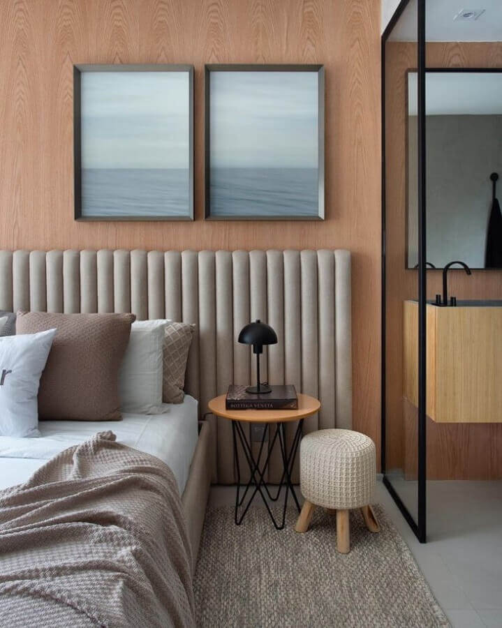 Quarto moderno decorado com parede de madeira e cabeceira de cama box estofada cinza Foto Carlos Carvalho