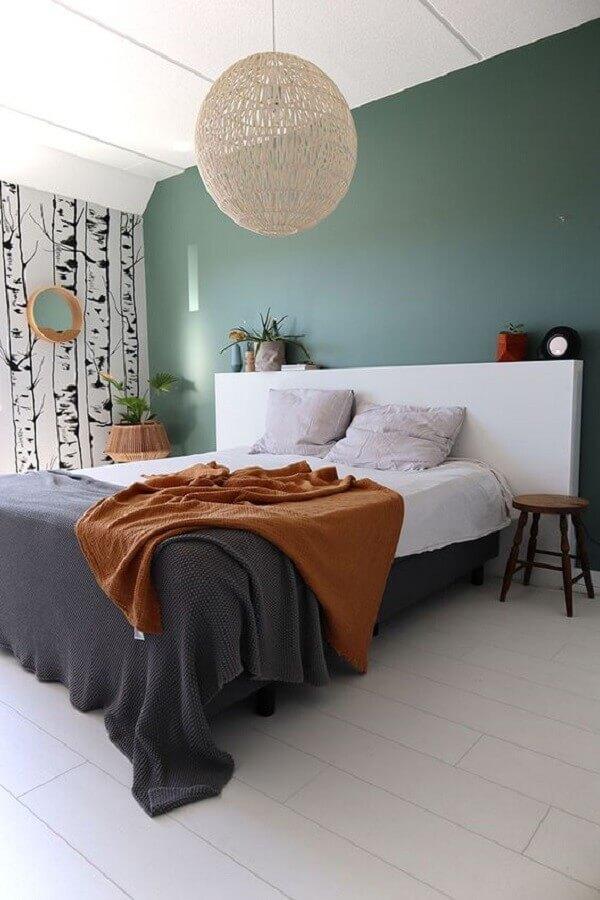 Quarto simples decorado com lustre rustico e cabeceira de cama box branca Foto Enter My Attic