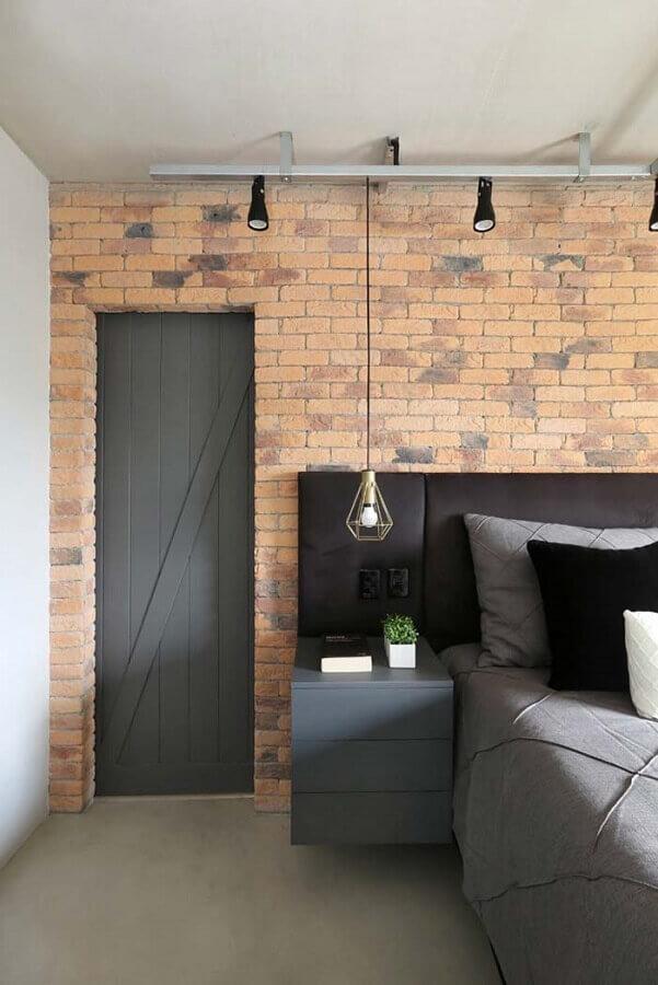 Quarto decorado com parede tijolinho e cabeceira de camas box com criado mudo Foto Home Fashion Trend