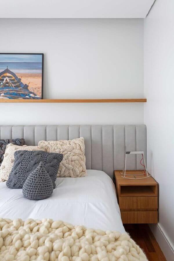 Cabeceira de cama box cinza estofada para quarto branco decorado com criado mudo de madeira Foto Rua 141 Arquitetura