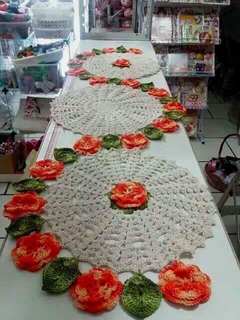 Caminho de mesa de crochê com bardado de flores laranja