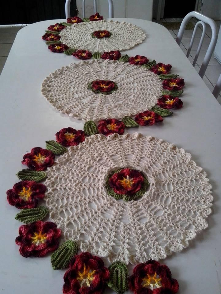 Caminho de mesa de croche com circulos e flores