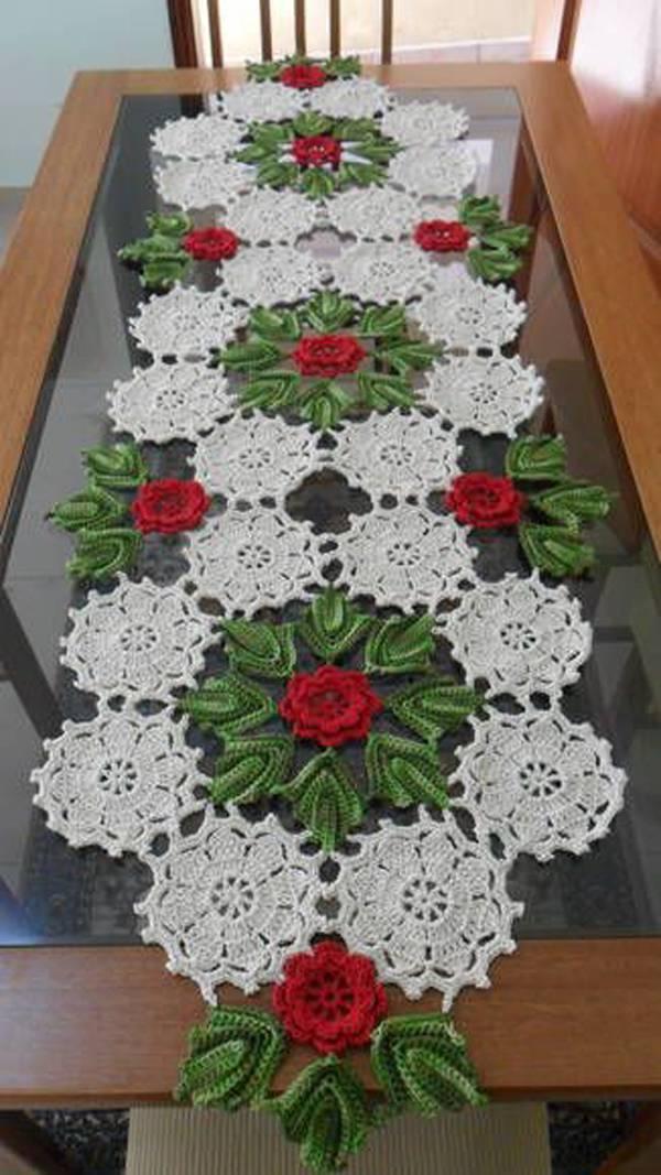 Caminho de mesa de crochê natalina