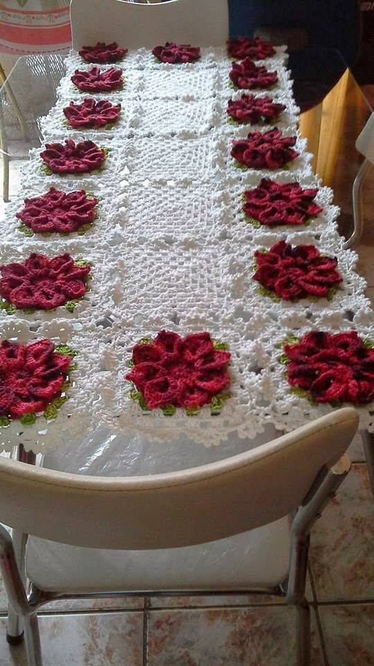 Caminho de mesa de crochê com flores vermelha