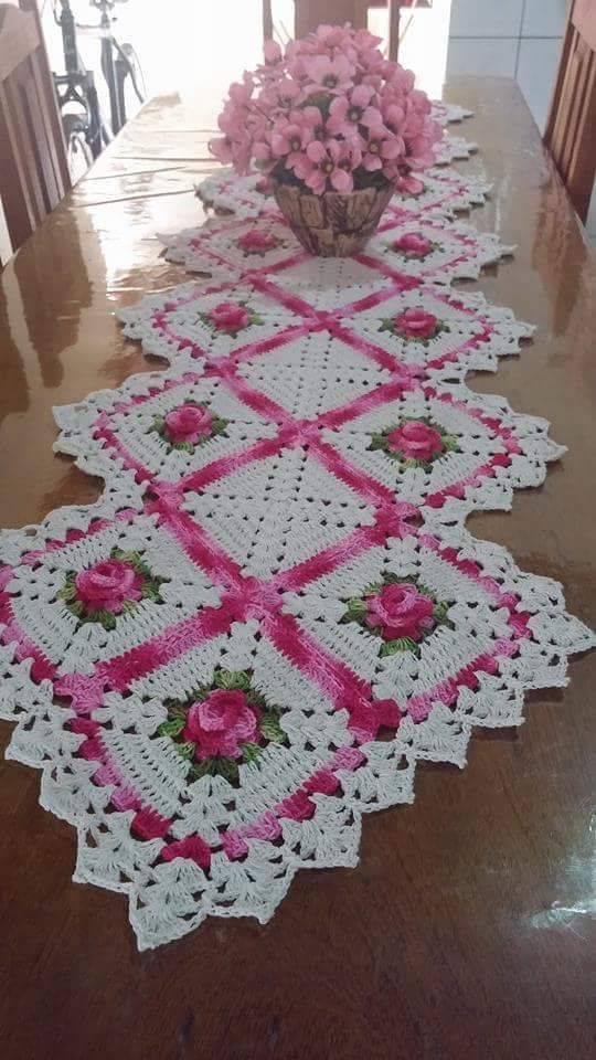 Caminho de mesa de crochê flor rosa