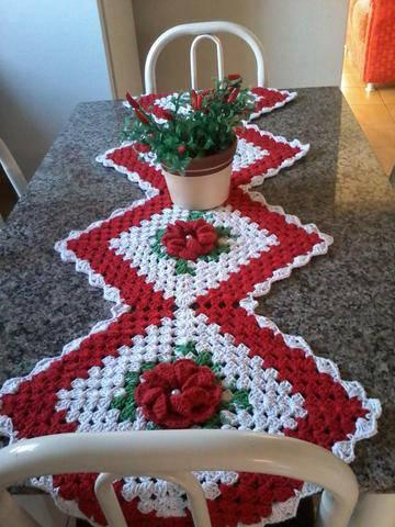 Caminho de mesa de crochê vermelho e branco