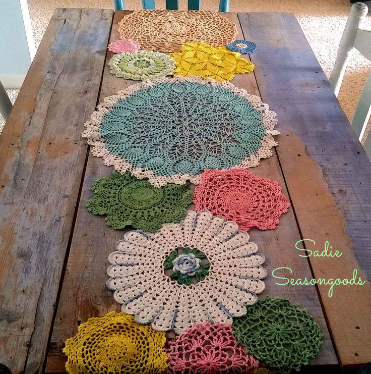 Caminho de mesa de crochê colorido