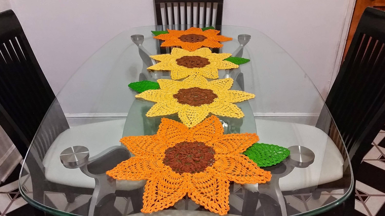Caminho de mesa de crochê girassol