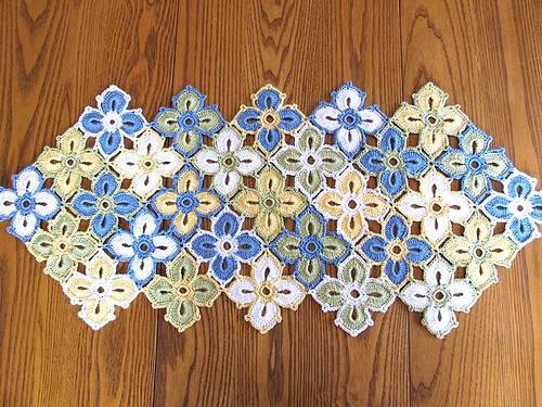 Caminho de mesa de crochê azul amarelo e branco