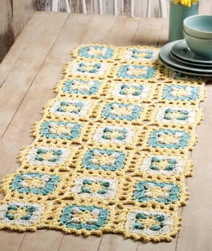 Caminho de mesa de crochê azul e amarelo
