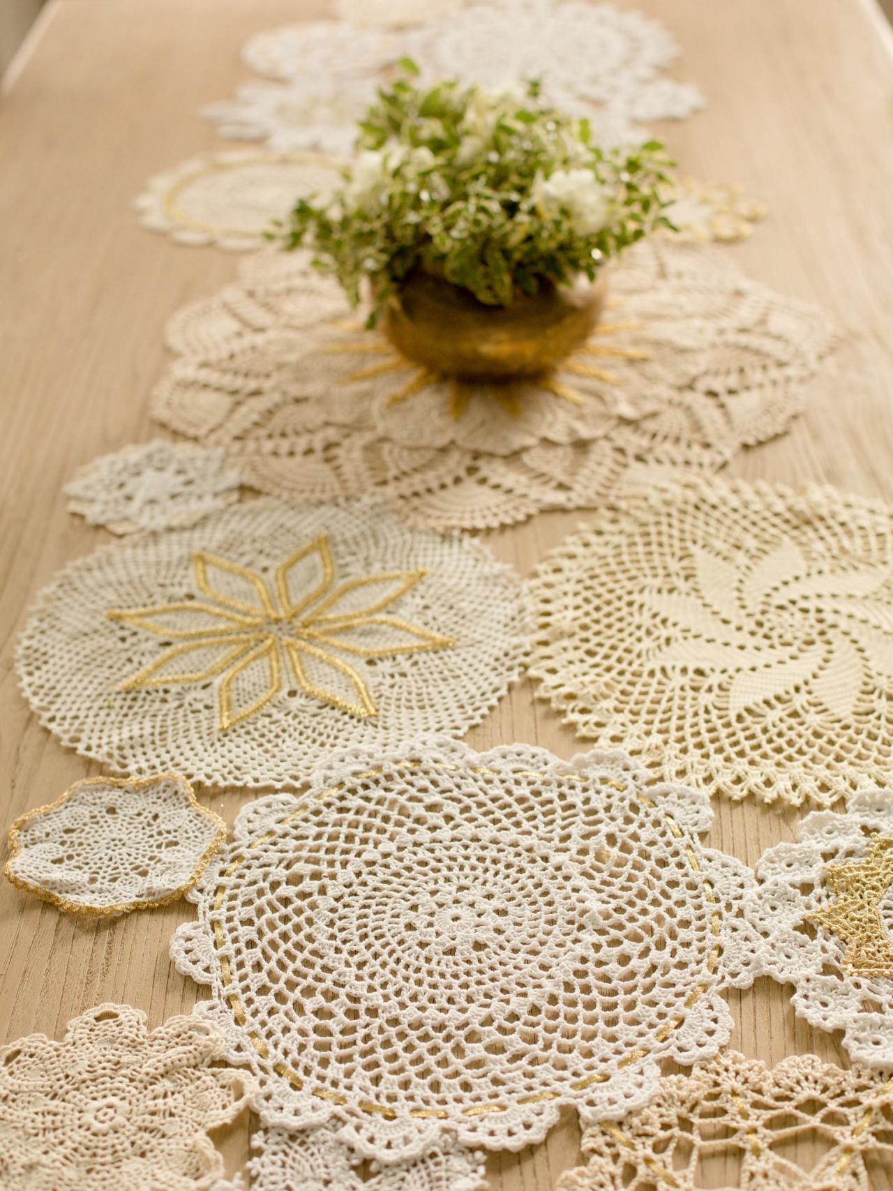 caminho de mesa de croche com bolas diferentes