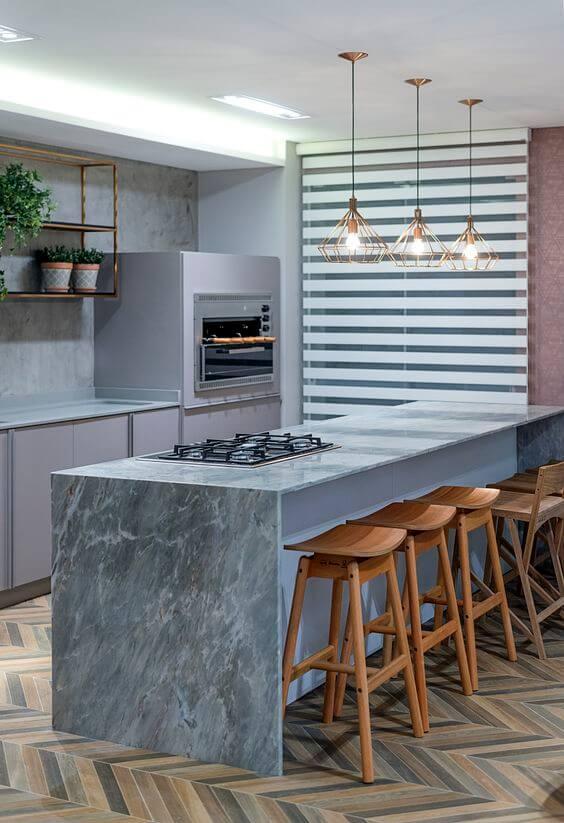 Churrasqueira gourmet pequena na cozinha moderna com bancada de mármore