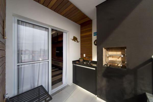 Churrasqueira pequena preta com gabinete preto na decoração