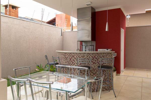 Projeto com churrasqueira pequena e balcão de granito arredondado
